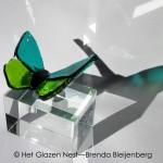 2b vlindertje van glas op urn - brendableijenberg - atelierhetglazennest